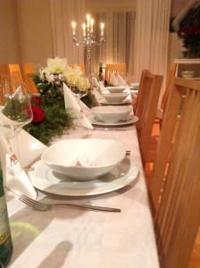 Villa Pellavan pöytä katettuna.